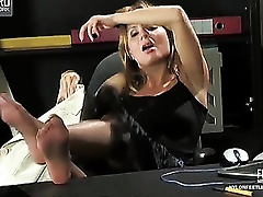Sex-starving secretary seducing her boss with palatable feet in shiny hose